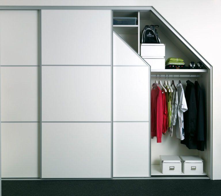 Garderobe skab med kante på den ene side i farve