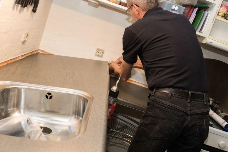 DKKøkken i gang med at fornye gammelt køkken ved at brække bordplader op